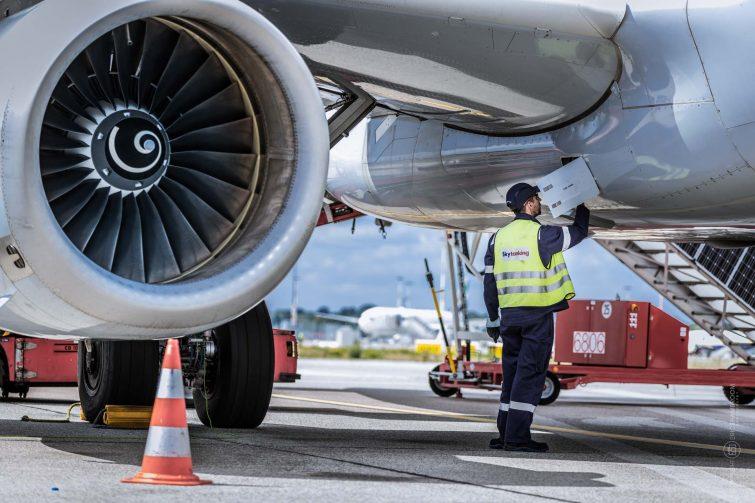 Airplane check at Gate, Hamburg Airport | © Eric Shambroom Photography