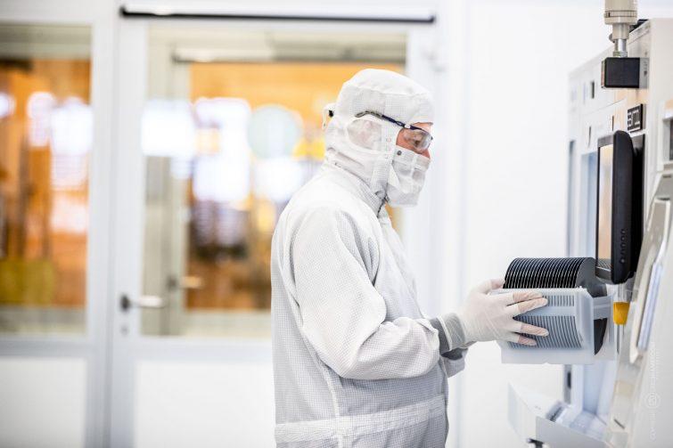 Fraunhofer ISIT: Reinraum, Forschung  und Entwicklung von Mikrochips